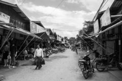Den Burmese Nyaung-U marknaden, med stannar s?lja olika objekt, n?ra Bagan, Myanmar arkivbild