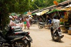 Den Burmese Nyaung-U marknaden, med stannar s?lja olika objekt, n?ra Bagan, Myanmar royaltyfri bild