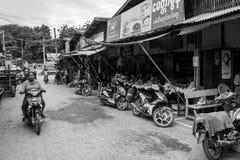 Den Burmese Nyaung-U marknaden, med stannar s?lja olika objekt, n?ra Bagan, Myanmar royaltyfri foto
