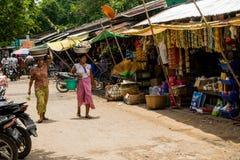 Den Burmese Nyaung-U marknaden, med stannar s?lja olika objekt, n?ra Bagan, Myanmar royaltyfria foton