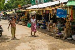 Den Burmese Nyaung-U marknaden, med stannar s?lja olika objekt, n?ra Bagan, Myanmar royaltyfri fotografi