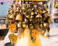 Den Burmese templet sätter en klocka på gungning försiktigt i vinden på Shwedagon Paya p arkivbilder