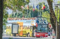 Den bussBucharest staden turnerar fyllt med turister bucharest romania Royaltyfri Bild