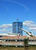 Den byggande AvtoVAZen mot bakgrunden av ballistiska missiler Togliatti Arkivbilder