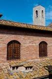 Den byggnadstakdetaljer och klockstapeln står högt på San Gimignano Fotografering för Bildbyråer