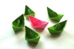 Den Calorful origamin skyler över brister fartyg arkivfoto