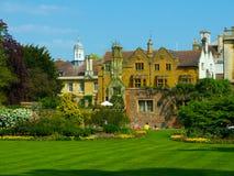 den cambridge clare högskolan arbeta i trädgården universitetar Royaltyfri Fotografi