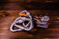 Den Camming apparatvännen och carabines för vaggar klättring på trä Royaltyfri Bild