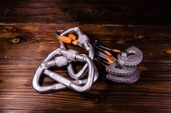 Den Camming apparatvännen och carabines för vaggar klättring på trä Arkivfoton