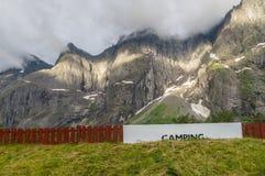 Den campa områdesskylten nära sockel av höjdpunkten vaggar royaltyfri fotografi