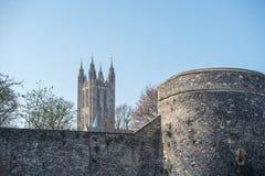 Den Canterbury domkyrkan står stolt ovanför stadsväggarna arkivfoton