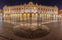 Den Capitole fyrkanten i Toulouse på natten Royaltyfri Bild