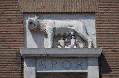 Den Capitoline wolfen som diar Romulus och Remus. arkivfoton