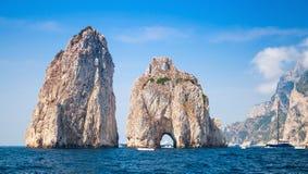 Den Capri ön, berömda Faraglioni vaggar, landskapet Royaltyfri Foto