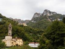 Den Cardoso Stazzema kyrkan med bakgrunden av Monte Forato Royaltyfri Fotografi