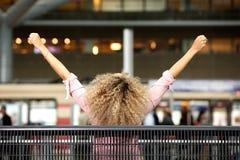 Den Carefree kvinnan med beväpnar Outstretched royaltyfri foto