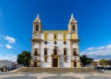 Den Carmo kyrkan Igreja g?r Carmo i Faro, Portugal - frontal royaltyfri foto