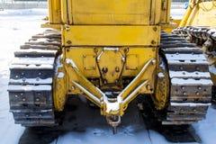Den Caterpillar traktoren står på snön Royaltyfri Bild