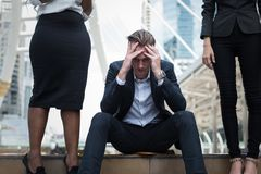 Den Caucasian affärsmannen sitter på trappan, och hans händer knäppte fast huvudet, känslan av stressat, sorgsenhet eller missnöj arkivfoton
