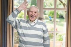 Den Caucasian gamala mannen skrattar grundligt royaltyfri fotografi
