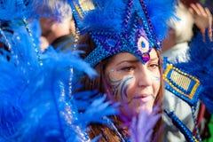 Den Caucasian gatadansaren har gyckel på den London's Notting Hill karnevalet Royaltyfri Fotografi