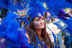 Den Caucasian gatadansaren har gyckel på den London's Notting Hill karnevalet Royaltyfria Bilder