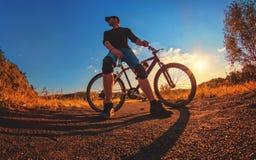 Den Caucasian idrotts- grabben i block för ett knä litar på en sportbi Royaltyfri Fotografi