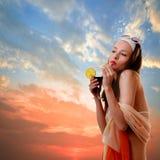 Den Caucasian kvinnan dricker den oigenkännliga coctailen Royaltyfri Bild