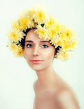 Den Caucasian kvinnan med guling blommar kransen runt om hennes huvud Arkivfoton