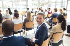 Den Caucasian kvinnliga ledaren satt i konferensrum som ler till kameran royaltyfri foto