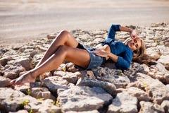 Den Caucasian långa hårmodellen vaggar på Fotografering för Bildbyråer
