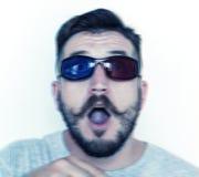 Den Caucasian mannen med exponeringsglas 3D överraskar med perspektiv Royaltyfri Bild