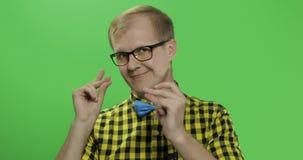 Den Caucasian trendiga mannen visar fingrar i kameran Grabb i gul skjorta arkivfilmer