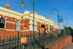 Den Caulfield järnvägsstationen i staden av Glen Eira är en viktig station för förorts- drev Arkivbild