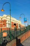 Den Caulfield järnvägsstationen i staden av Glen Eira är en viktig station för förorts- drev Arkivbilder