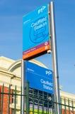 Den Caulfield järnvägsstationen i staden av Glen Eira är en viktig station för förorts- drev Royaltyfri Fotografi