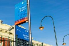 Den Caulfield järnvägsstationen i staden av Glen Eira är en viktig station för förorts- drev Royaltyfria Bilder