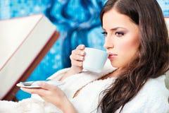 den center kaffekoppen tycker om brunnsortkvinnan arkivfoton