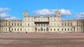 Den centrala byggnaden av den stora Gatchina slotten nära helgonhusdjur Royaltyfri Foto
