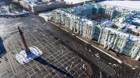 Den centrala fasaden av vinterslotten och Alexander Column är på vintrig slottfyrkant Flyg- sikt från surret St Petersbur arkivbilder