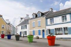 Den centrala fyrkanten av en typisk brittany by med jätten färgade blomkrukor med inget, Locmaria på Belle Ile en-mer, Morbihan, arkivfoto