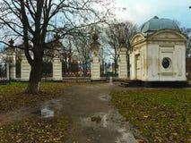 Den centrala gamla ståndsmässiga porten Royaltyfri Bild