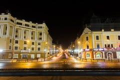 Den centrala gatan av Vladivostok - Svetlanskaya på natten royaltyfria foton
