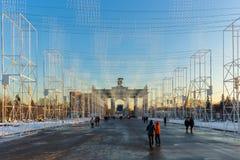 Den centrala gränden av den huvudsakliga ingången av VDNKH, Moskva, Januari 2017 Arkivbild