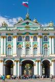 Den centrala ingången till vinterslotten, St Petersburg Royaltyfria Bilder