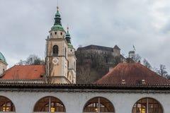 Den centrala marknaden av Ljubljana som tas under en molnig regnig dag, den Ljubljana domkyrkan och den Ljubljana slotten, kan se Royaltyfri Foto
