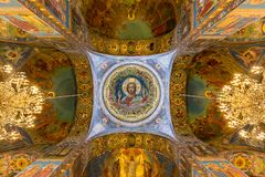 Den centrala mosaikbilden av Kristus det allsmäktigt i taket av den centrala kupolen av templet av frälsaren på spillt blod Royaltyfri Fotografi