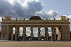 Den centrala porten till Gorkyen parkerar, Moskva, Ryssland Arkivfoton