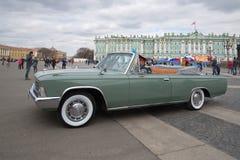 Den ceremoniella bilen ZIL-117V på slottfyrkantslutet upp St Petersburg Arkivbilder