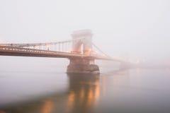 Den Chain bron i Budapest, Ungern, dimman, afton tänder Arkivbilder